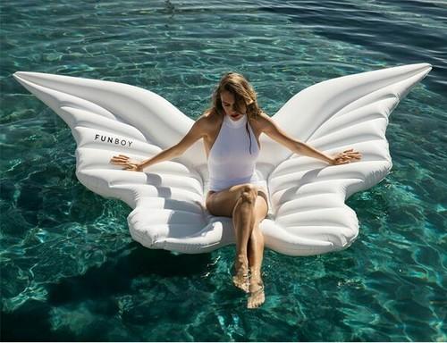 chica en un flotador en forma de alas