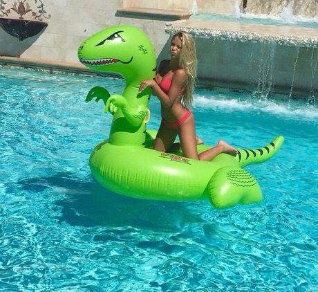 flotador en forma de dinosaurio