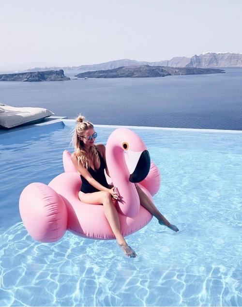 chica sobre un flotador de color rosa
