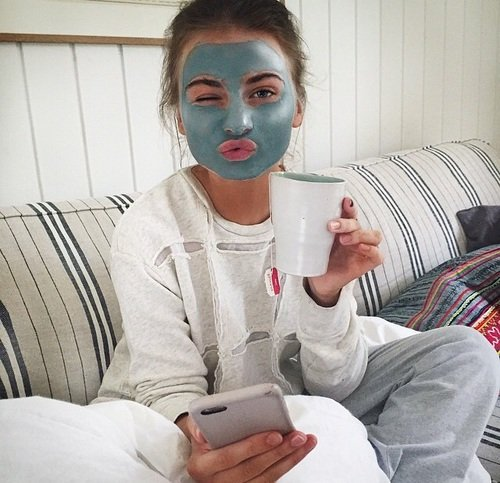 chica usando mascarilla de arcilla azul