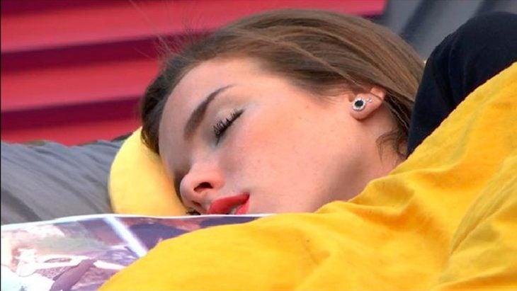 chica dormida en su cama