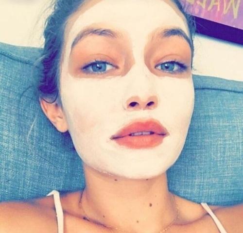 chica con mascarilla en la cara