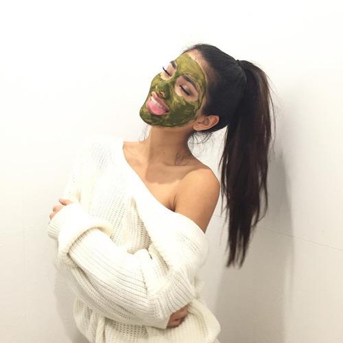 chica usando una mascarilla de color verde