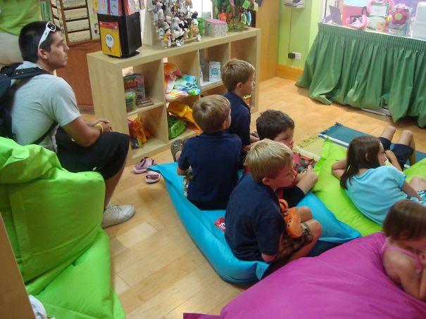 Chico viendo caricarutas con un grupo de niños