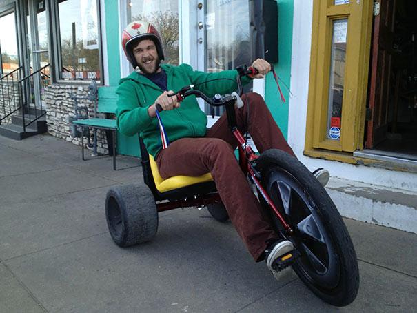 Chico conduciendo un triciclo enorme