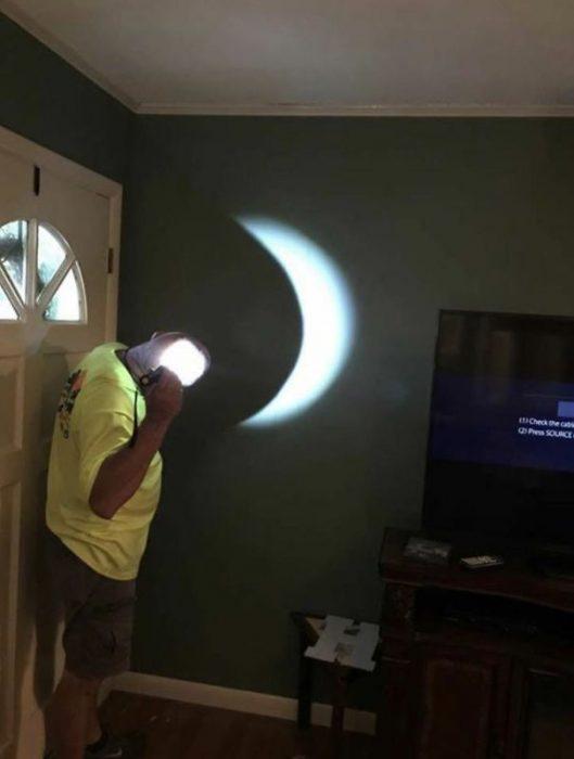 Hombre sumulando la luna con las sombra