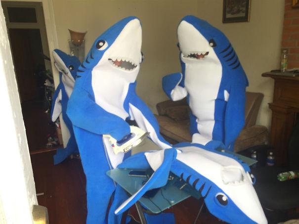 Chicos vestidos con disfraces de tiburones