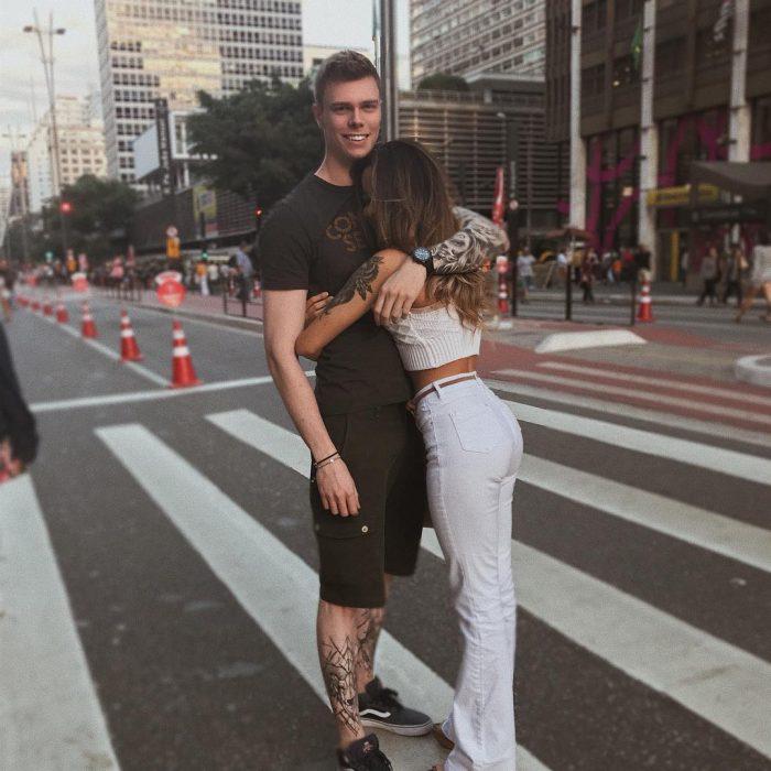 Influencer Nara Almeida abrazando a su novio
