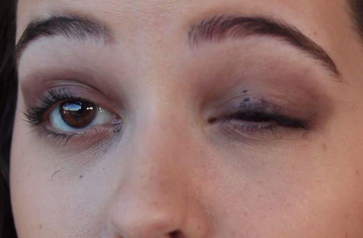 Chica con un ojo mal dlineado
