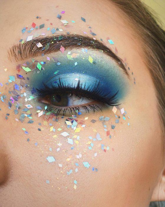 Chica con glitter en todo el ojo