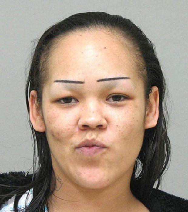 Chica con unas cejas mal hechas