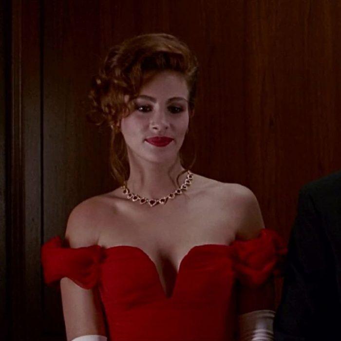 Mujer bonita usando un collar de rubíes