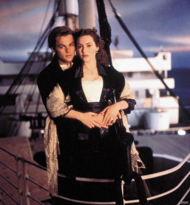 Leonardo Dicaprio y Kate Winslet abrazados en la película Titanic