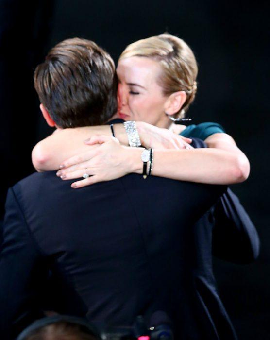 Kate Winslet y Leo DiCaprio juntos en los screen actors guild award abrazados