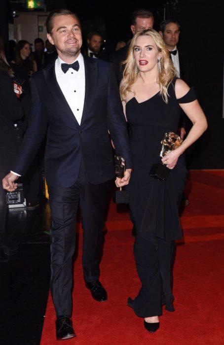 Kate Winslet y Leo DiCaprio juntos tomados de la mano
