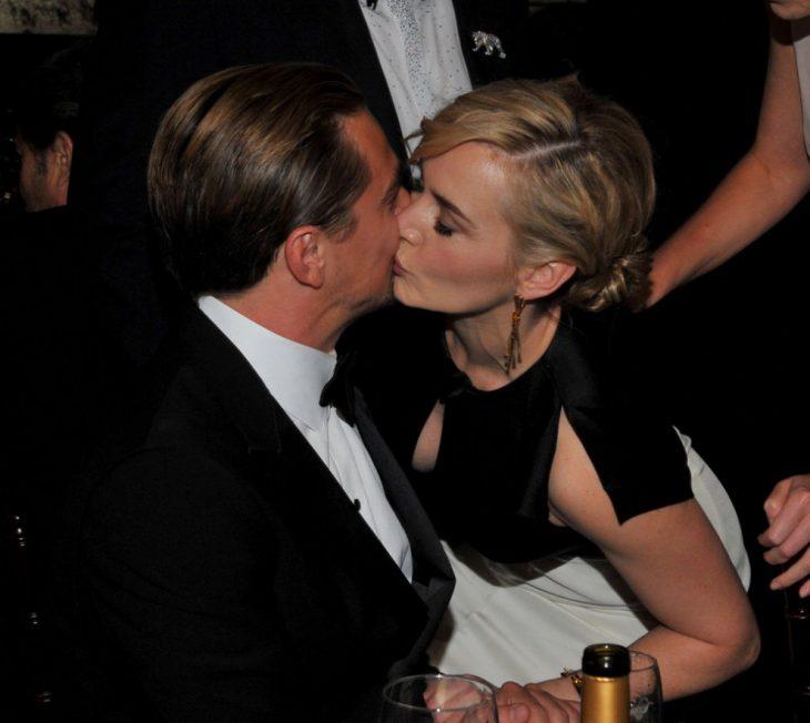 Kate Winslet y Leo DiCaprio juntos besandose en los globos de oro 2012