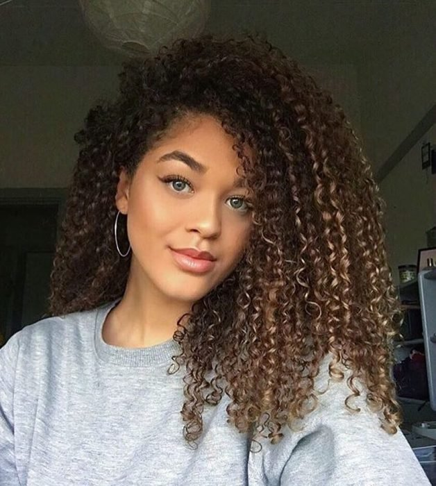 Chica con una permanente rizada en el cabello