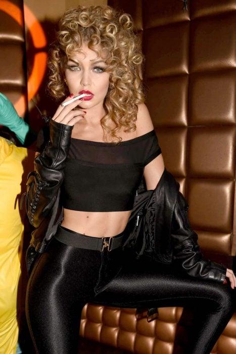 Bella Hadid con el cabello rizado imitando a la chica de vaselina