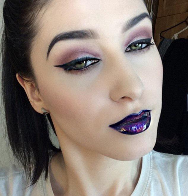 Chica luciendo un labial que tienen el efecto de lucir como el petróleo