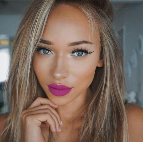 chica con labios color rosa fucsia