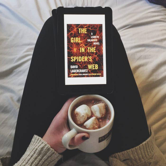 chica leyendo un libro y tomando café