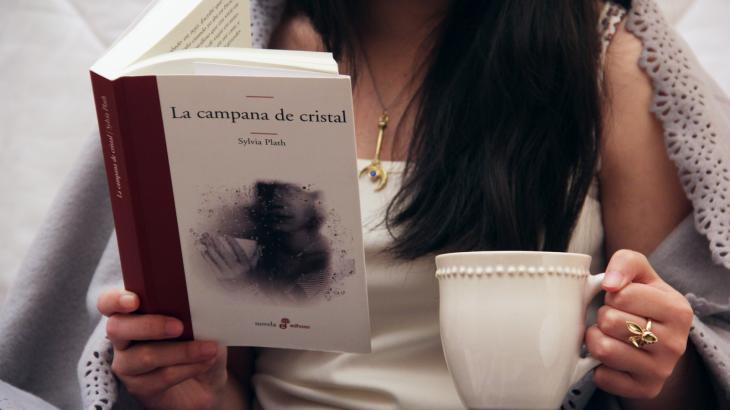 chica leyendo el libro La Campana de Cristal