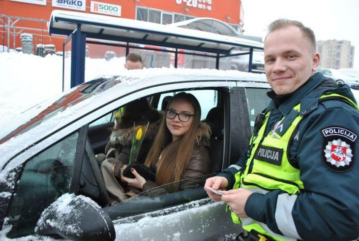 policías sonriendo para una selfie