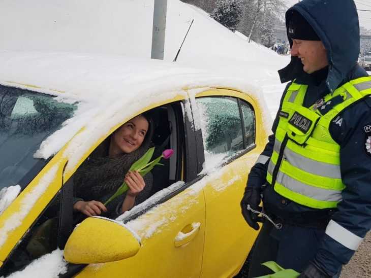 chica dentro de un carro amarillo