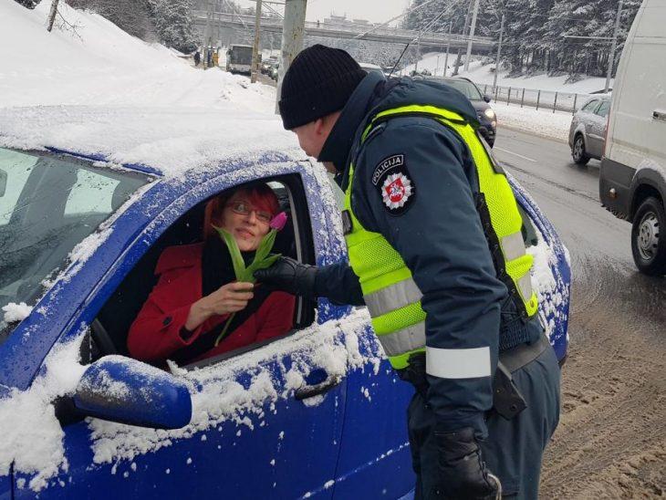 Policías regalando flores a las conductoras
