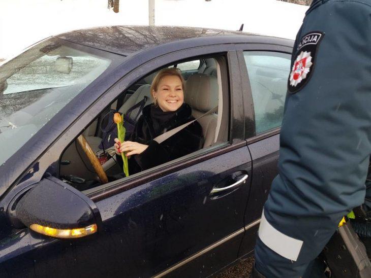 chica sonriendo dentro de su automovil