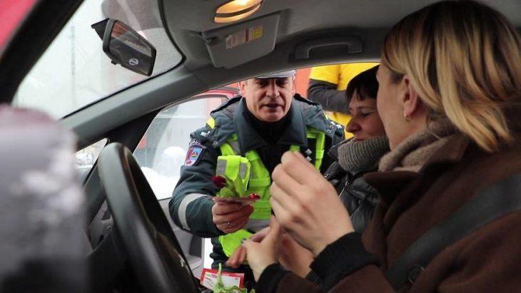 chico entregando flores