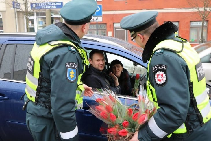 Policías regalando tulipanes
