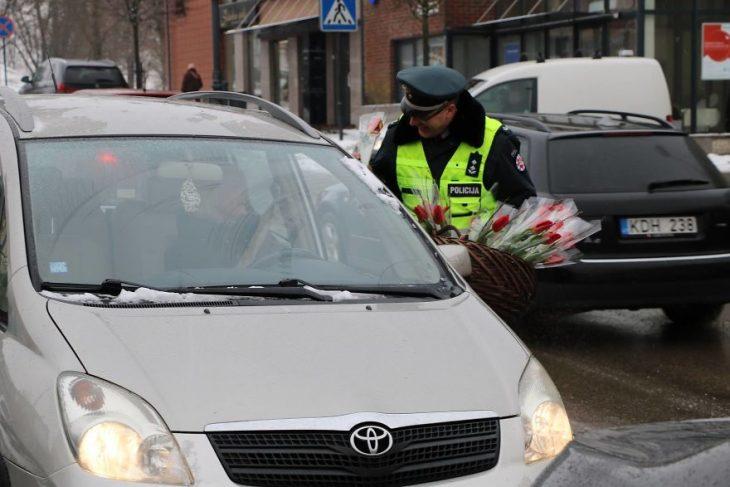policía deteniendo un automóvil