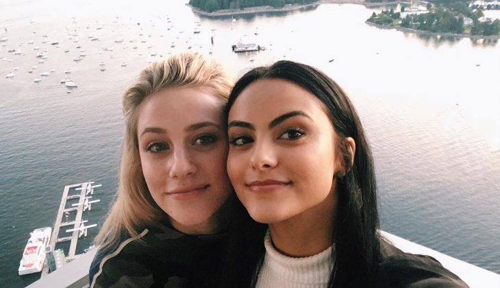 amigas tomando una selfie en el lago