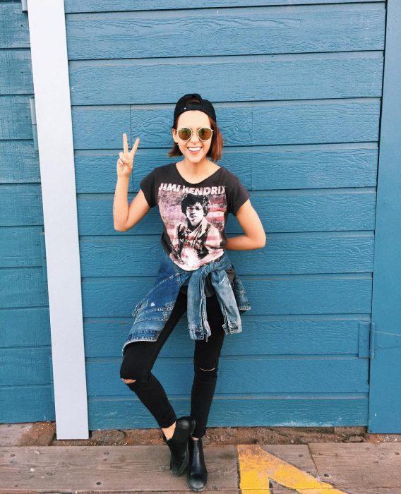 Yuya usando un look rockero