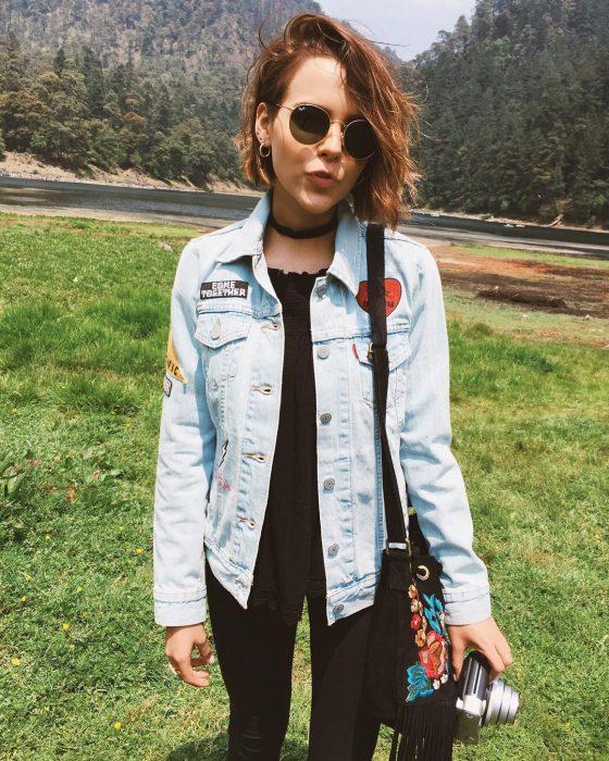 Yuya usando una chaqueta de mezclilla