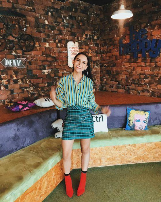 Yuya usando un look de falta y blusa verde