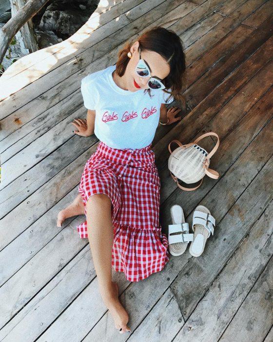 Yuya usando una falda de color rojo con blanco y blusa blanca