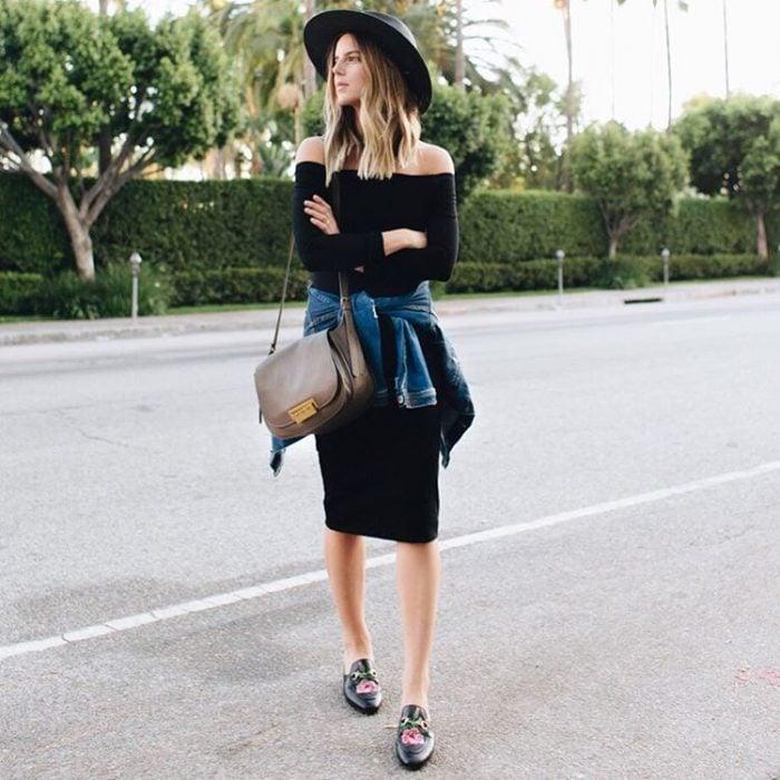 Chica usando un vestido negro con una chamarra de mezclilla y sombrero