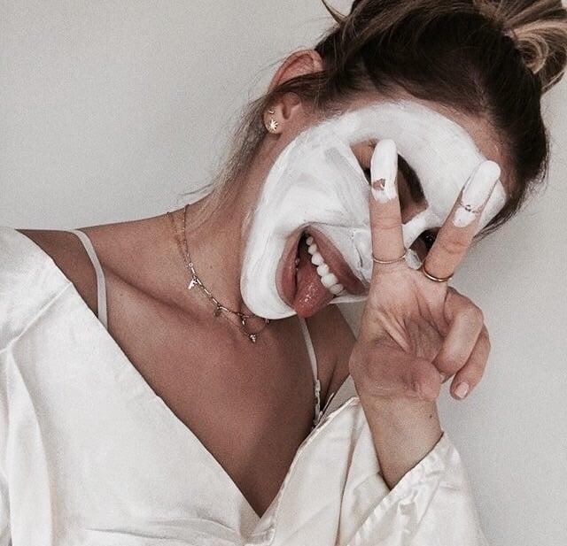 chica usando mascarillas de avena
