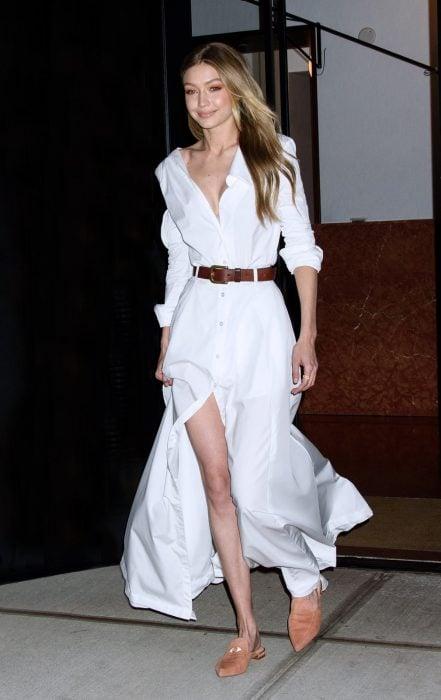 Bella hadid usando un maxi vestido y un cinturón café