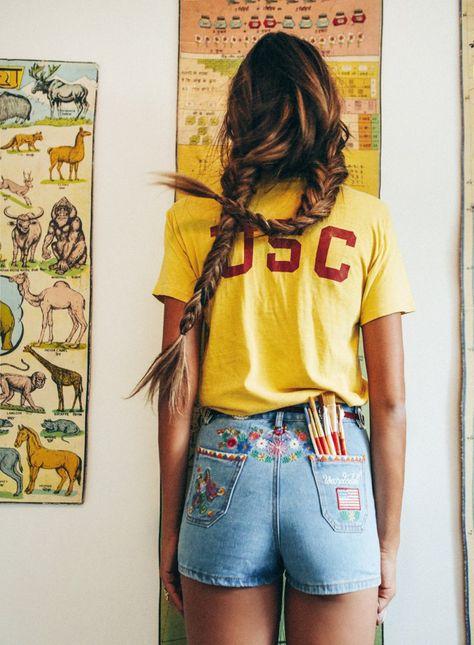 chica de espaldas mostrando su short bordado