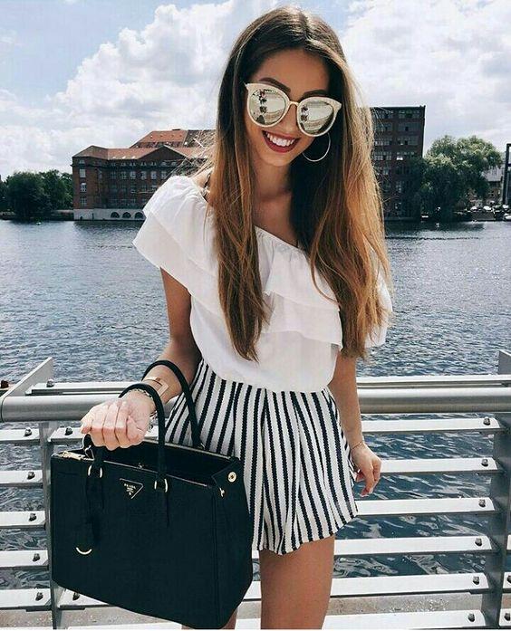 chica usando un short a rayas