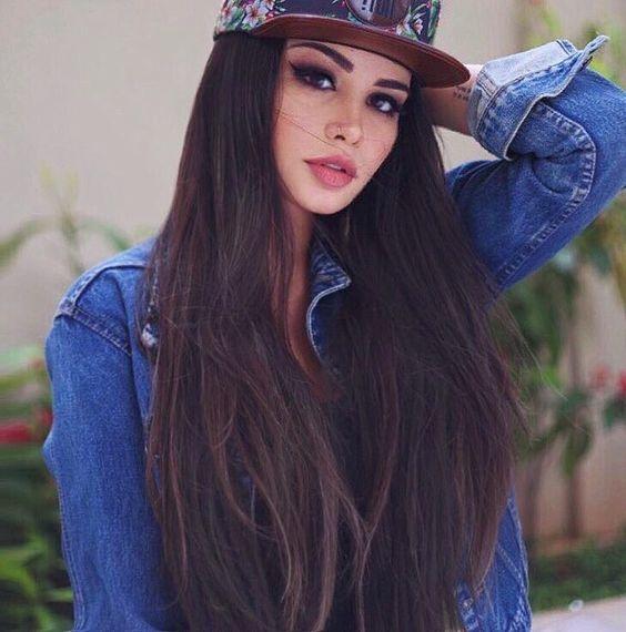 chica usando gorra de hombre