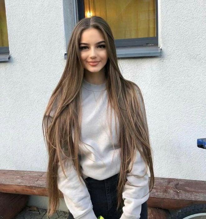 chica con cabello extra largo
