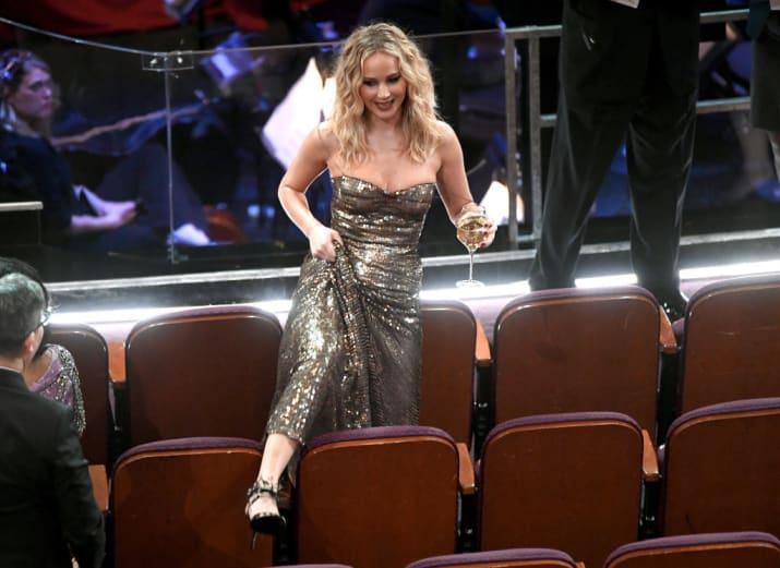 Chica atravesando entre los asientos
