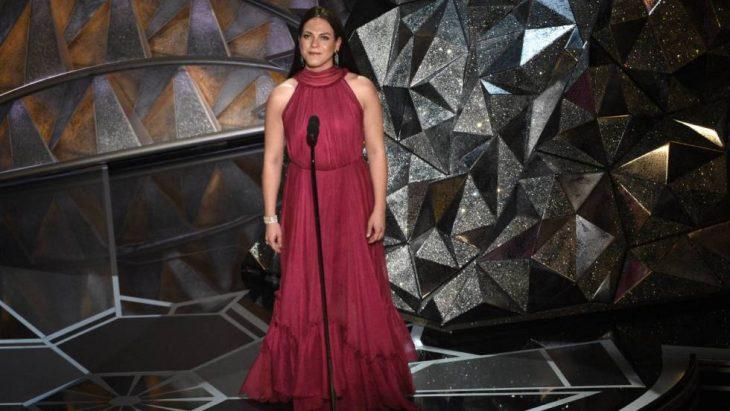 Daniela Vega, Chica usando vestido color vino