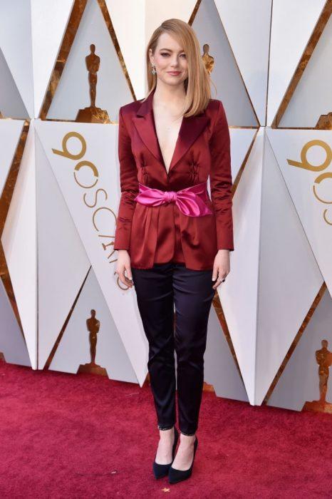 Emma Stone, chica usando traje sastre de colores