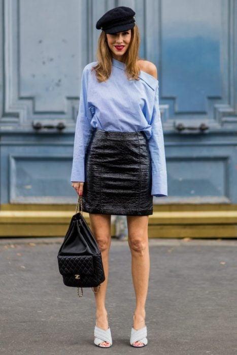 Chica usando una mochila para complementar su atuendo