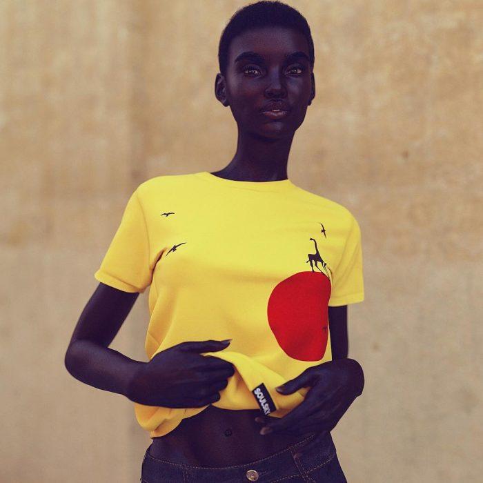 chica con blusa amarilla
